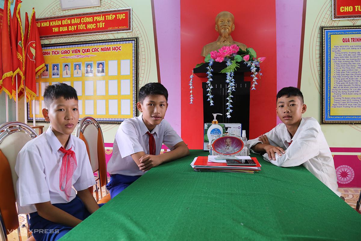 Các em Bùi Trường Giang, Nguyễn Vĩnh An, Trần Viết Tôn (từ trái qua) cùng lao ra biển cứu được 3 nam sinh gặp nạn đuối nước khi tắm biển Cửa Việt, chiều 3/4. Ảnh: Hoàng Táo