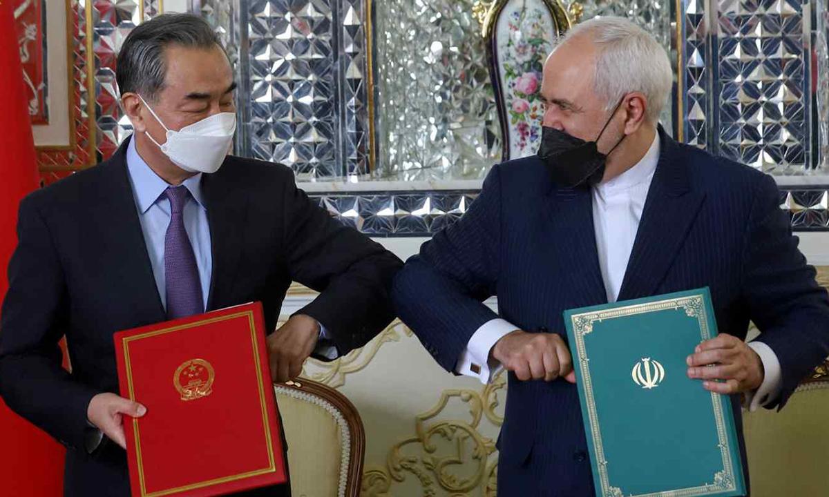 Ngoại trưởng Trung Quốc Vương Nghị (trái) và người đồng cấp Iran Mohammad Javad Zarif tại Tehran hôm 27/3. Ảnh: Reuters.
