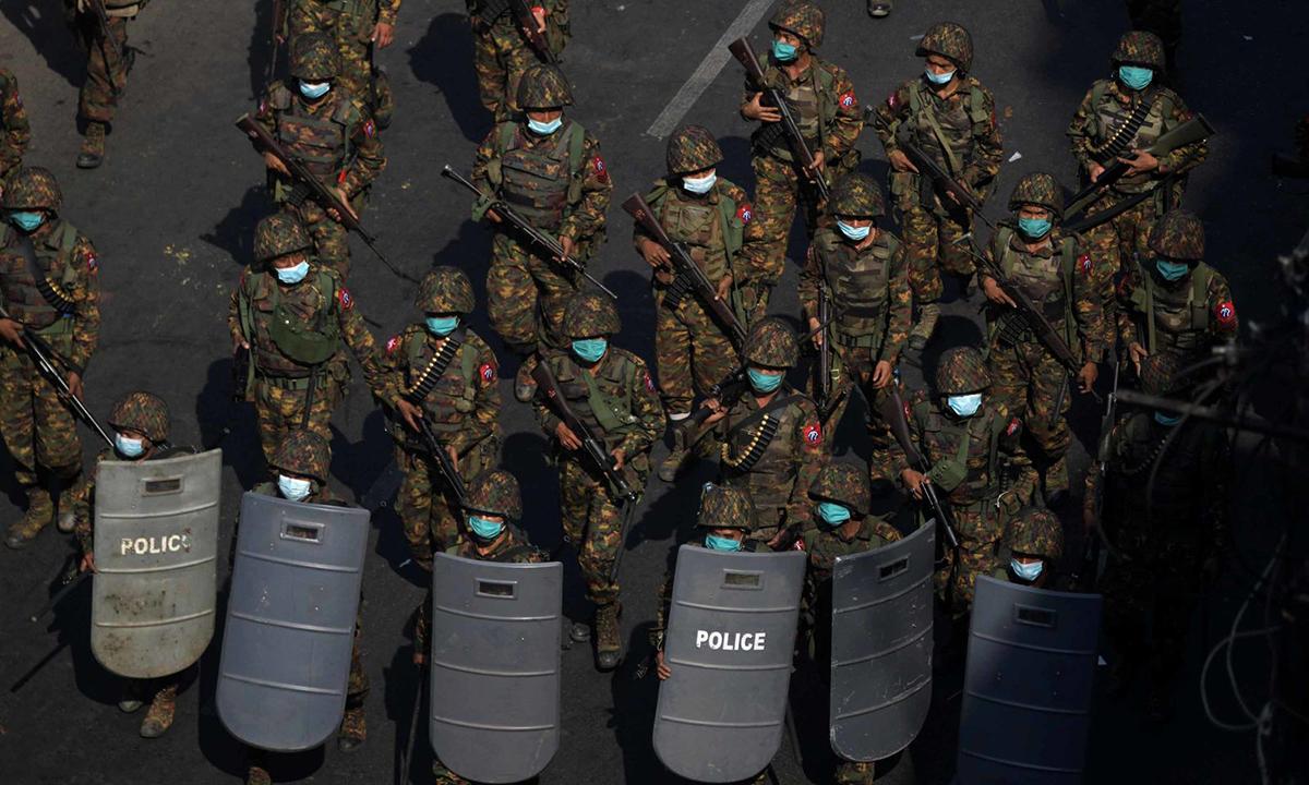 Các binh sĩ tuần tra trong một cuộc biểu tình ở Yangon, Myanmar, hôm 28/2. Ảnh: Reuters.