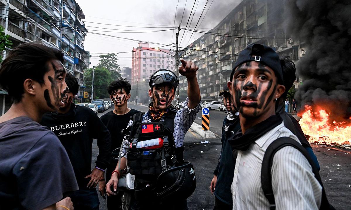 Những người biểu tình chống đảo chính tại Yangon, Myanmar, hôm 30/3. Ảnh: AFP.