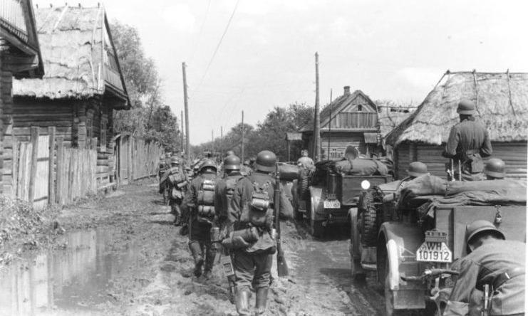 Lính Đức hành quân gần Minsk tháng 8/1941. Ảnh: Bundesarchiv.