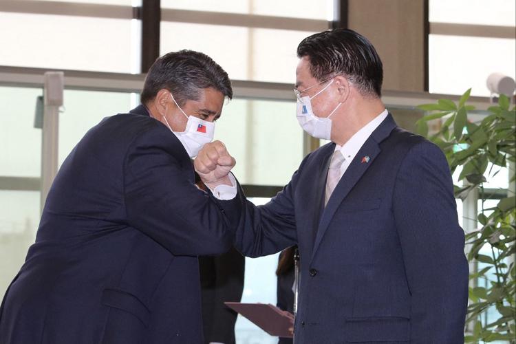 Tổng thống Palau Surangel Whipps (trái) gặp người đứng đầu cơ quan đối ngoại Đài Loan Joseph Wu tại Đài Bắc hôm 28/3. Ảnh: AFP.
