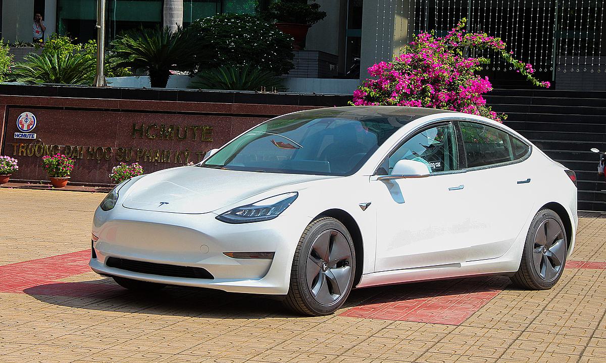 Mẫu Tesla Model 3 tại khuôn viên trường đại học SPKT TPHCM. Ảnh: Thành Nhạn