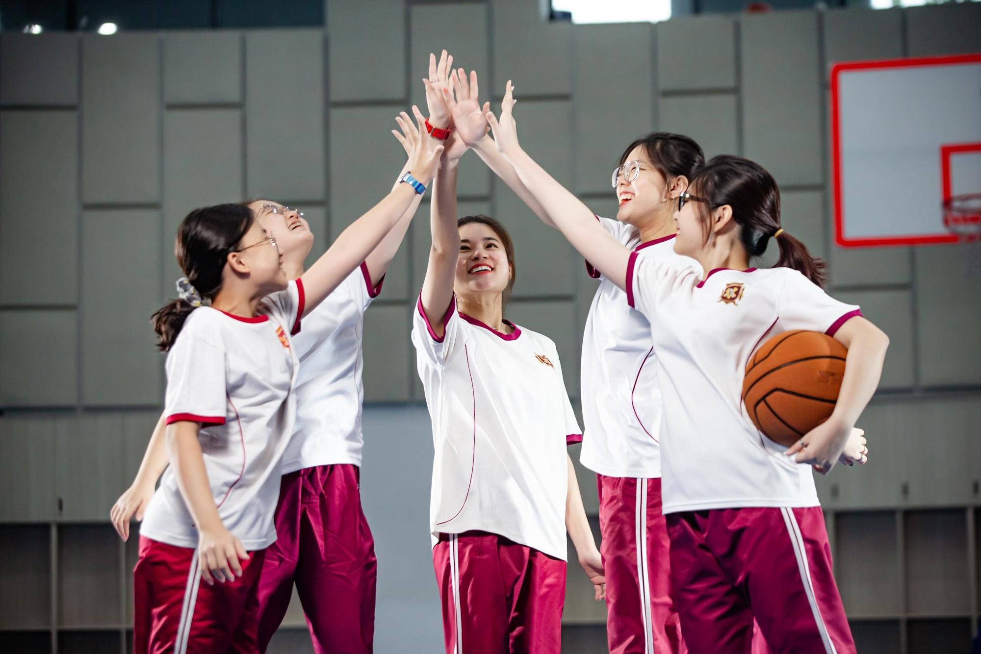 Tham gia trại hè VAS, trẻ được học các môn thể thao như bơi lội, bóng đá, bóng rổ, cầu lông, cờ vua...