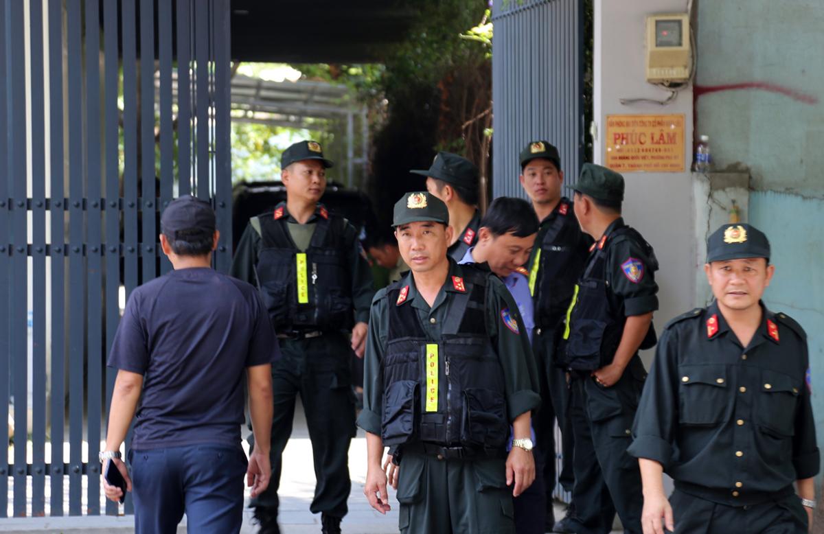 Cảnh sát vũ trang phong tỏa bên ngoài Công ty Phúc Lâm. Ảnh: Đình Văn.