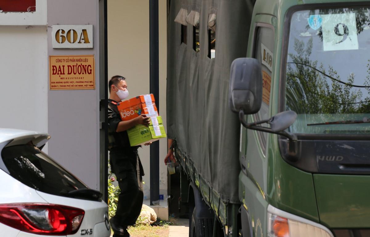 Gần 14h, cảnh sát thu giữ hơn 20 thùng tài liệu tại Công ty Phúc Lâm. Ảnh: Đình Văn.