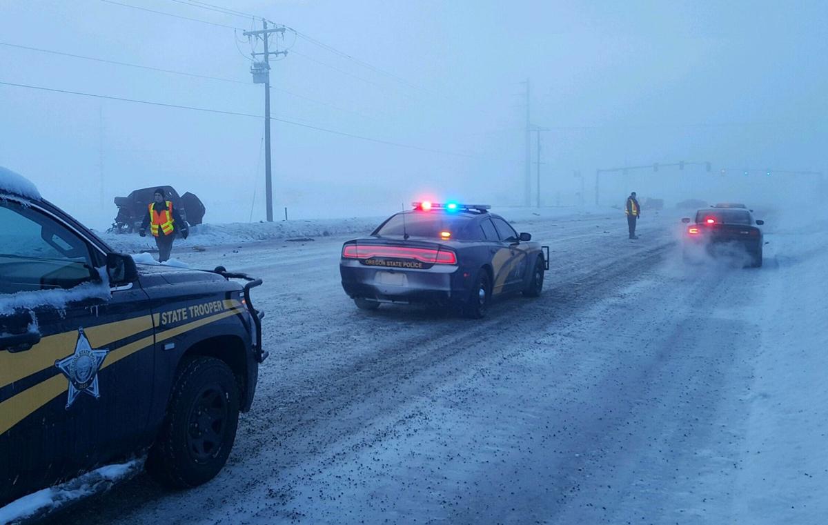 Cảnh sát xử lý hiện trường vụ đâm xe. Ảnh: Oregon State Police.