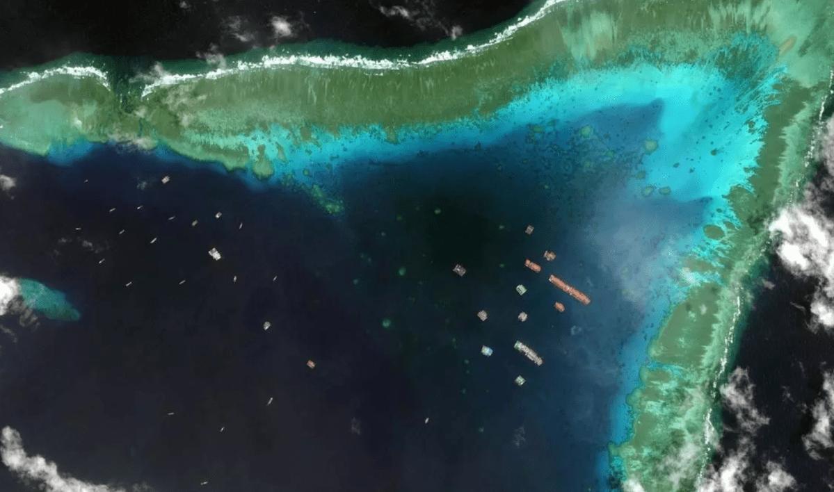 Tàu Trung Quốc kết thành hàng dài tại đá Ba Đầu gần đảo Sinh Tồn Đông thuộc chủ quyền Việt Nam. Ảnh: Maxar.