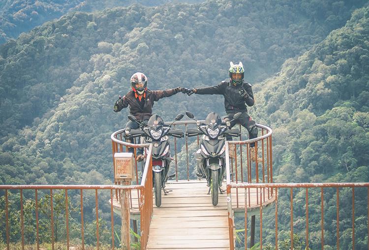 Minh Đức (bên trái) và người bạn của mình trong một chuyến trải nghiệm. Ảnh: nhân vật cung cấp.