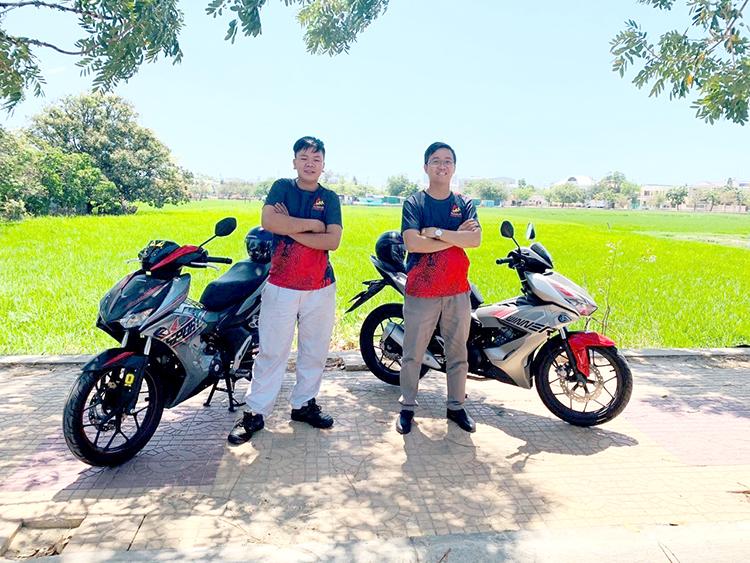 Bùi Văn Đức Linh (bên phải) và một người bạn sử dụng xe Winner. Ảnh: nhân vật cung cấp.