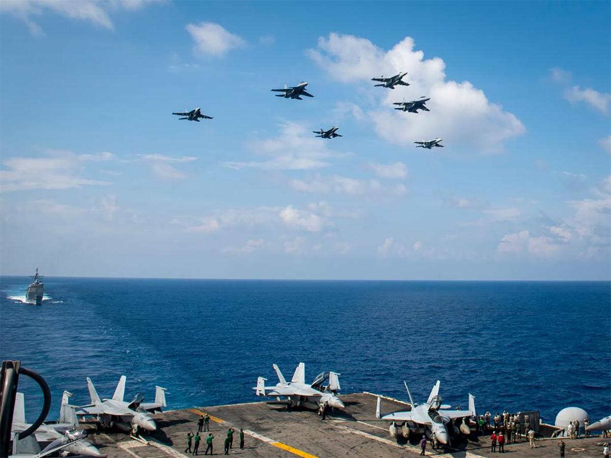 Đội hình tiêm kích Mỹ và Malaysia bay qua tàu sân bay Theodore Roosevelt tại Biển Đông ngày 7/4 Ảnh: US Navy.