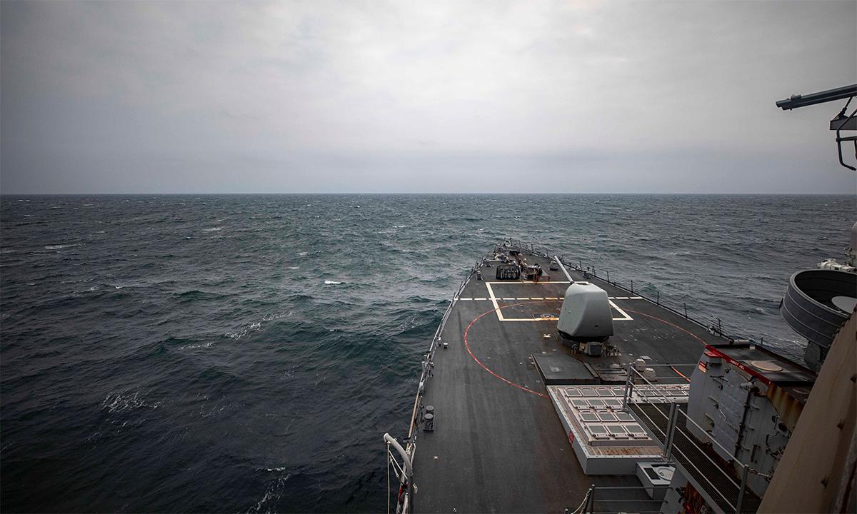 Khu trục hạm Mỹ USS John S. McCain đi qua eo biển Đài Loan ngày 7/4. Ảnh: US Navy.