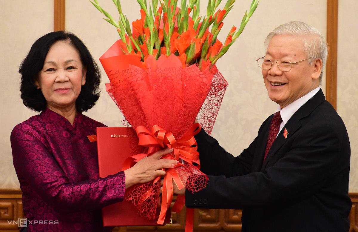 Tổng bí thư Nguyễn Phú Trọng tặng hoa bà Trương Thị Mai, tân Trưởng ban Tổ chức Trung ương. Ảnh: Hoàng Phong