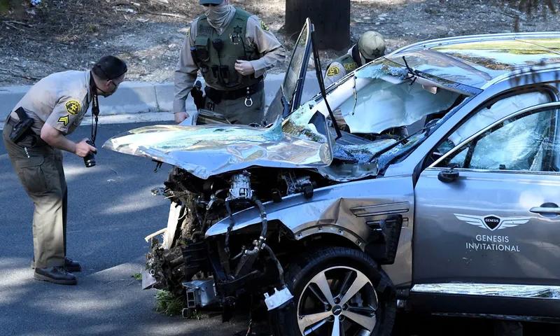 Cảnh sát Los Angeles đang kiểm tra chiếc xe của Tiger Woods sau tai nạn, hôm 23/2 ở California. Ảnh: Reuters
