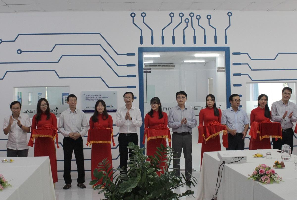 Đại diện Ban quản lý Khu công nghệ cao và các đơn vị  cắt băng khánh thành Trung tâm vi mạch bán dẫn Việt Nam - Hàn Quốc. Ảnh: Nguyễn Nam.