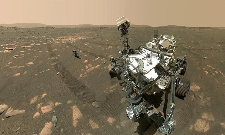 Robot Perseverance chụp hình cùng trực thăng từ xa. Ảnh: NASA.