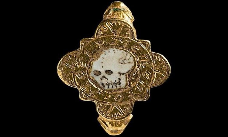 Chiếc nhẫn vàng nạm men hình hộp sọ. Ảnh: Bảo tàng Quốc gia Wales.