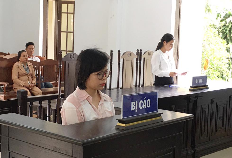 Bị cáo Đinh Thị Bích Hiền tại phiên sơ thẩm ngày 8/4. Ảnh: Tam Phước.