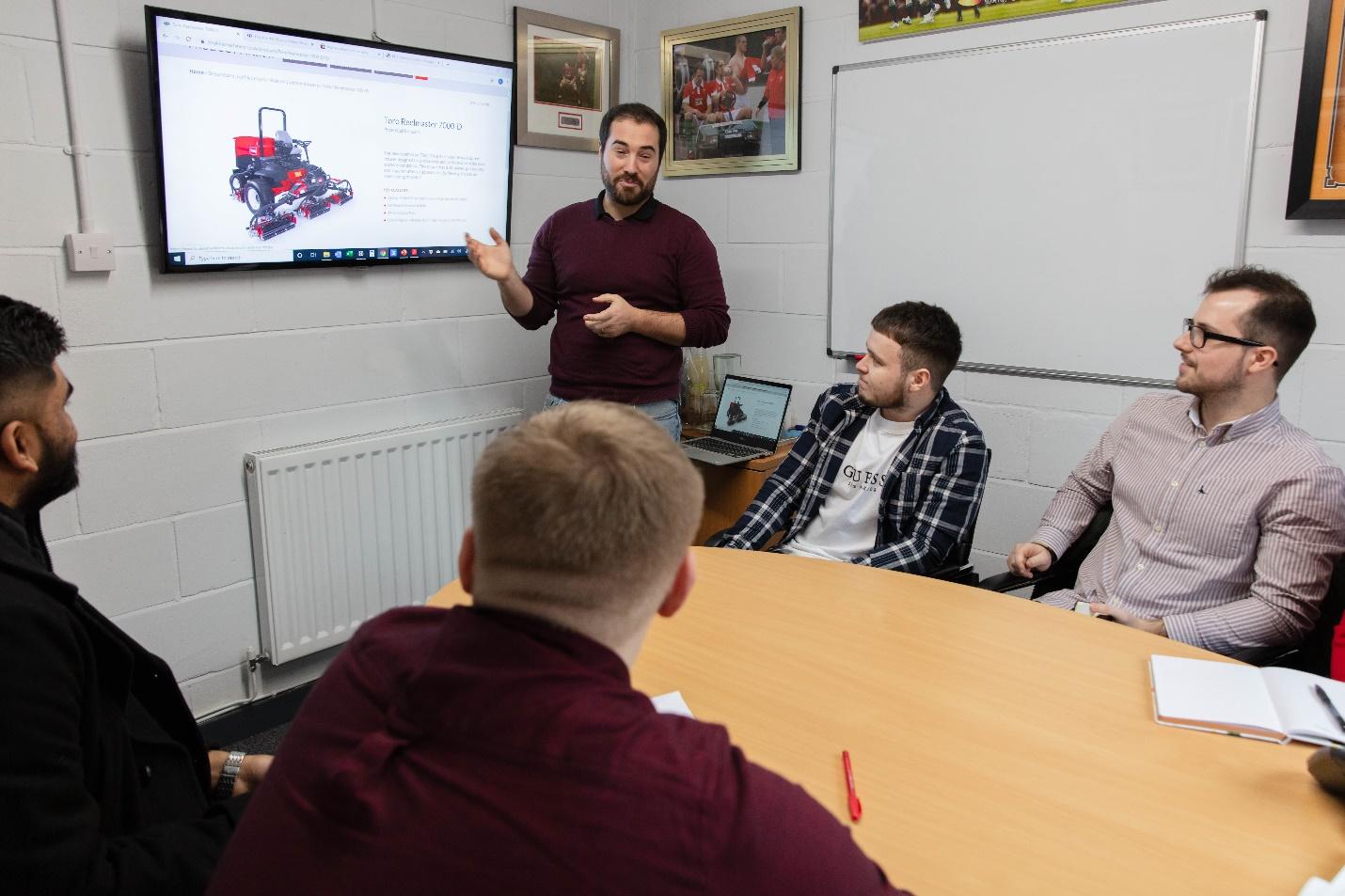 Sinh viên Đại học South Wales tham gia dự án cùng doanh nghiệp. Ảnh: Đại học South Wales.