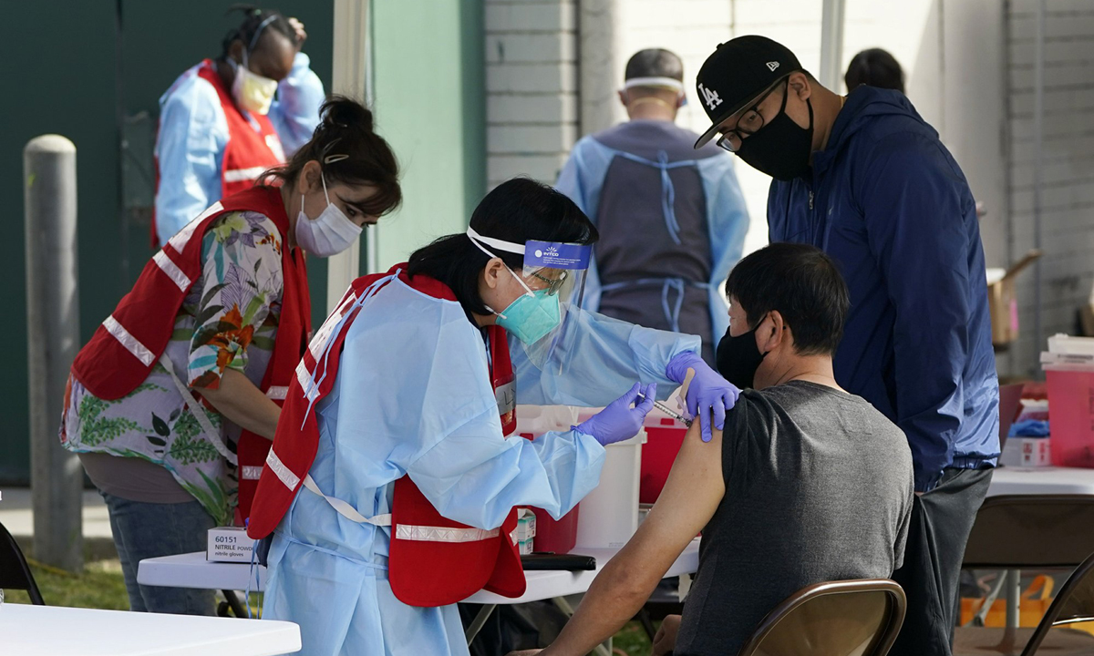 Một địa điểm tiêm chủng vaccine ngừa Covid-19 tại Pacoima, California hồi tháng 1. Ảnh: AP.