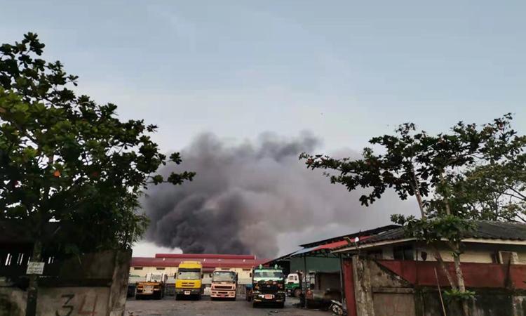 Khói bốc lên từ nhà máy Trung Quốc ở Yangon bị đốt hôm 7/4. Ảnh: Global Times.