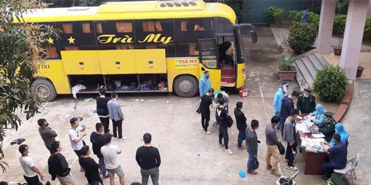 Hành khách trên chuyến xe biển Cần Thơ chở người Trung Quốc bị phát hiện, trưa 9/3. Ảnh: Biên phòng