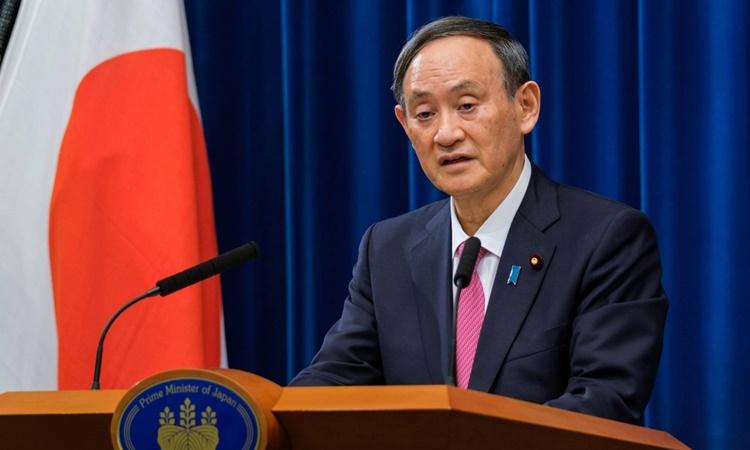 Thủ tướng Nhật Bản Yoshihide Suga phát biểu tại một cuộc họp báo hồi năm ngoái. Ảnh: Reuters.
