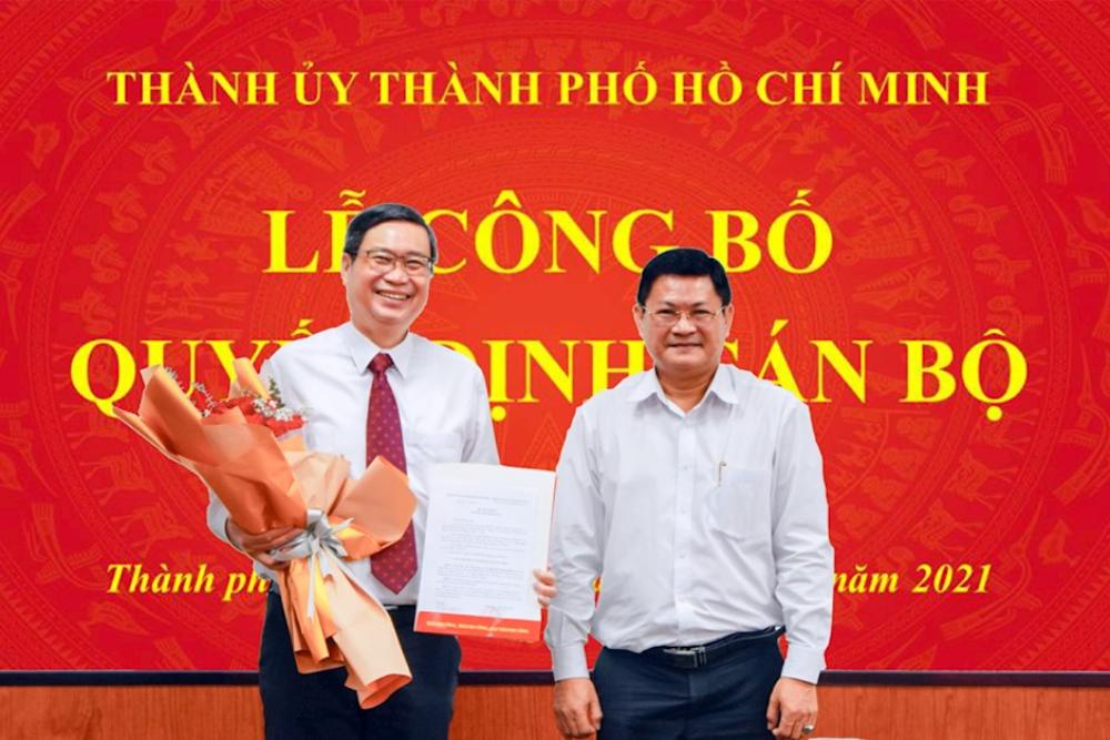 Ông Vương Đức Hoàng Quân (trái) nhận quyết định điều động về công tác tại Đảng uỷ Khối Đại học, cao đẳng TP HCM của Thành uỷ TP HCM ngày 5/4. Ảnh: Trang tin Đảng bộ TP HCM.