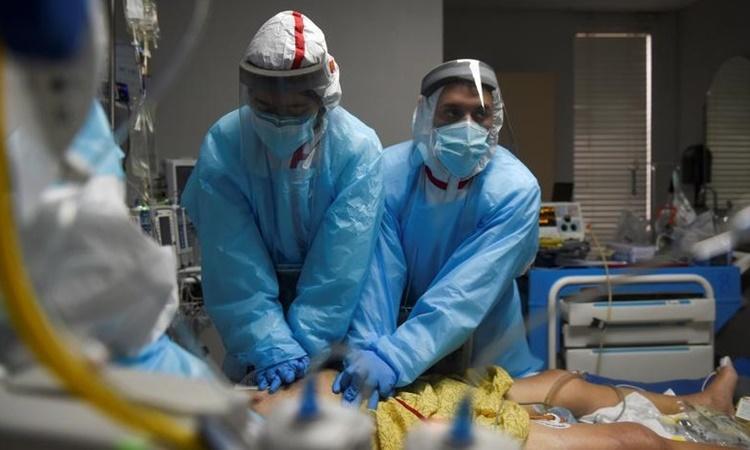Bác sĩ đang thực hiện thao tác hô hấp nhân tạo cho một bệnh nhân Covid-19 tại Trung tâm Y tế United Memorial ở Houston, Texas, hồi tháng 12 năm ngoái. Ảnh: Reuters.