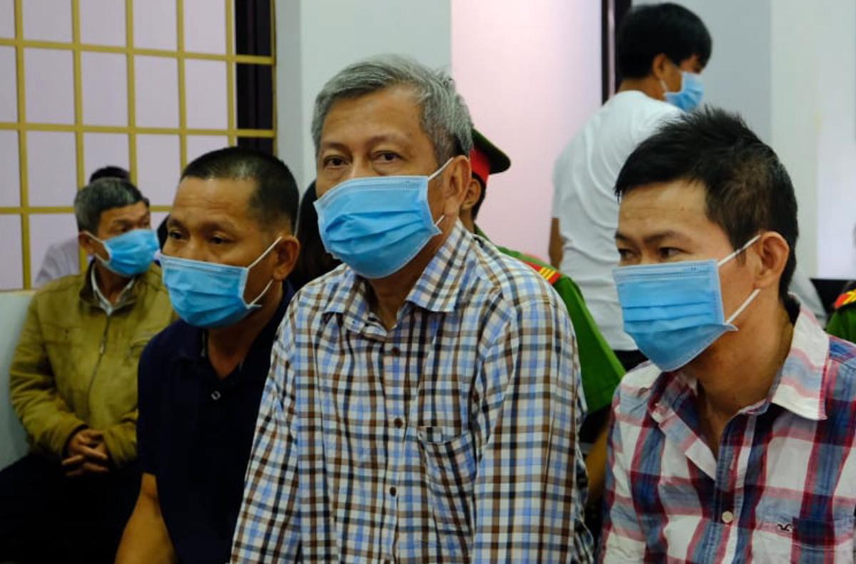 Bị cáo Trịnh Sướng (giữa) trước phiên xử sáng nay. Ảnh: Thu Hà.