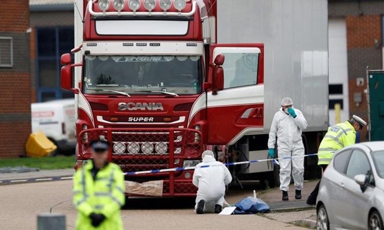 Lực lượng chức năng tại hiện trường 39 người Việt Nam chết trong container ở hạt Essex, Anh, tháng 10/2019. Ảnh: Reuters.