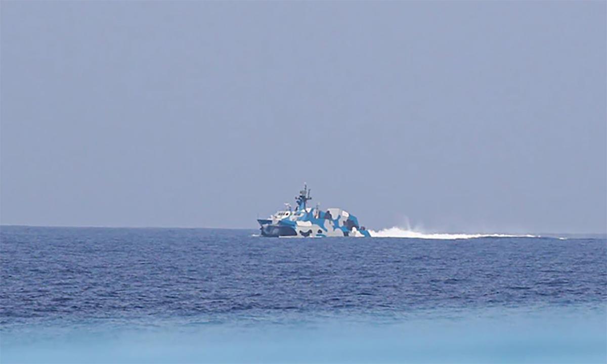 Tàu tên lửa Type 22 của Trung Quốc rượt tàu chở nhóm phóng viên Philippines ở quần đảo Trường Sa của Việt Nam ngày 8/4. Ảnh: ABS-CBN.