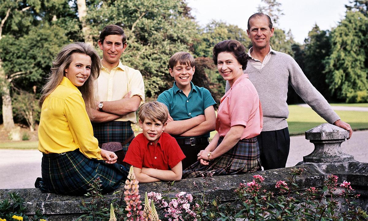 Từ trái qua, Công chúa Anne, Thái tử Charles, Hoàng tử Edward, Hoàng tử Andrew, Nữ hoàng Elizabeth và Hoàng thân Philip tại lâu đài Balmoral tháng 8/1972. Ảnh: Patrick Anson.