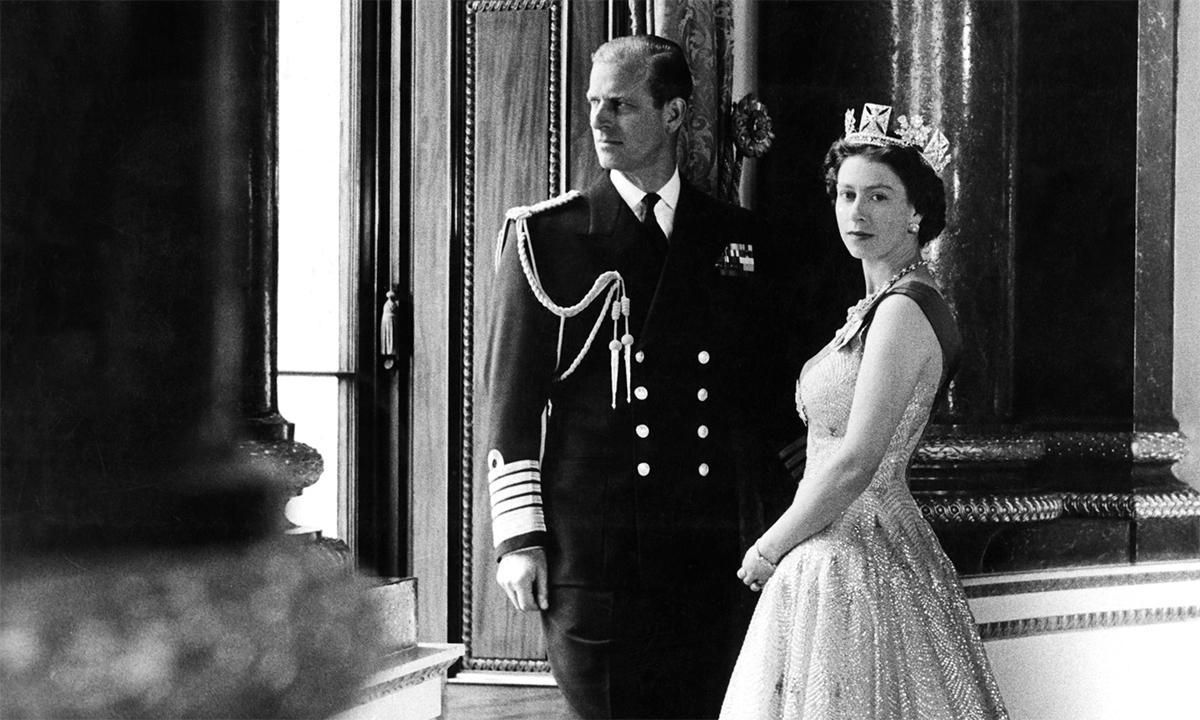 Hoàng thân Philip và Nữ hoàng Elizabeth tại phòng hòa nhạc của Cung điện Buckingham năm 1957. Ảnh: Camera Press.