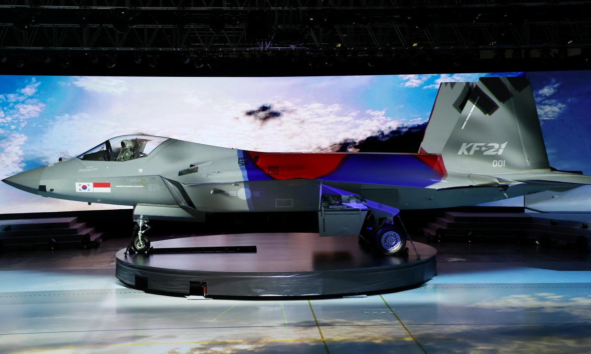 Nguyên mẫu KF-X ra mắt tại trụ sở KAI hôm 9/4. Ảnh: Yonhap.