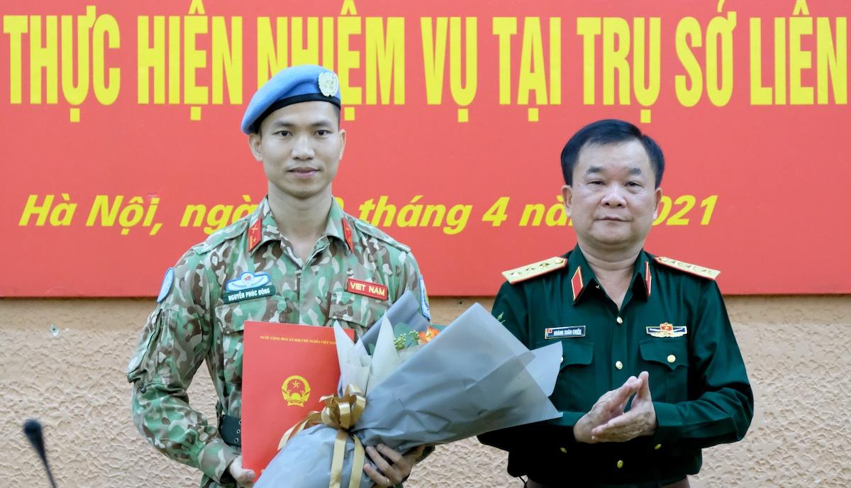 Thiếu tá Nguyễn Phúc Đông (trái) nhận quyết định của Chủ tịch nước đi làm nhiệm vụ tại trụ sở Liên Hợp Quốc do Thứ trưởng Quốc phòng Hoàng Xuân Chiến trao. Ảnh: Hoàng Thùy