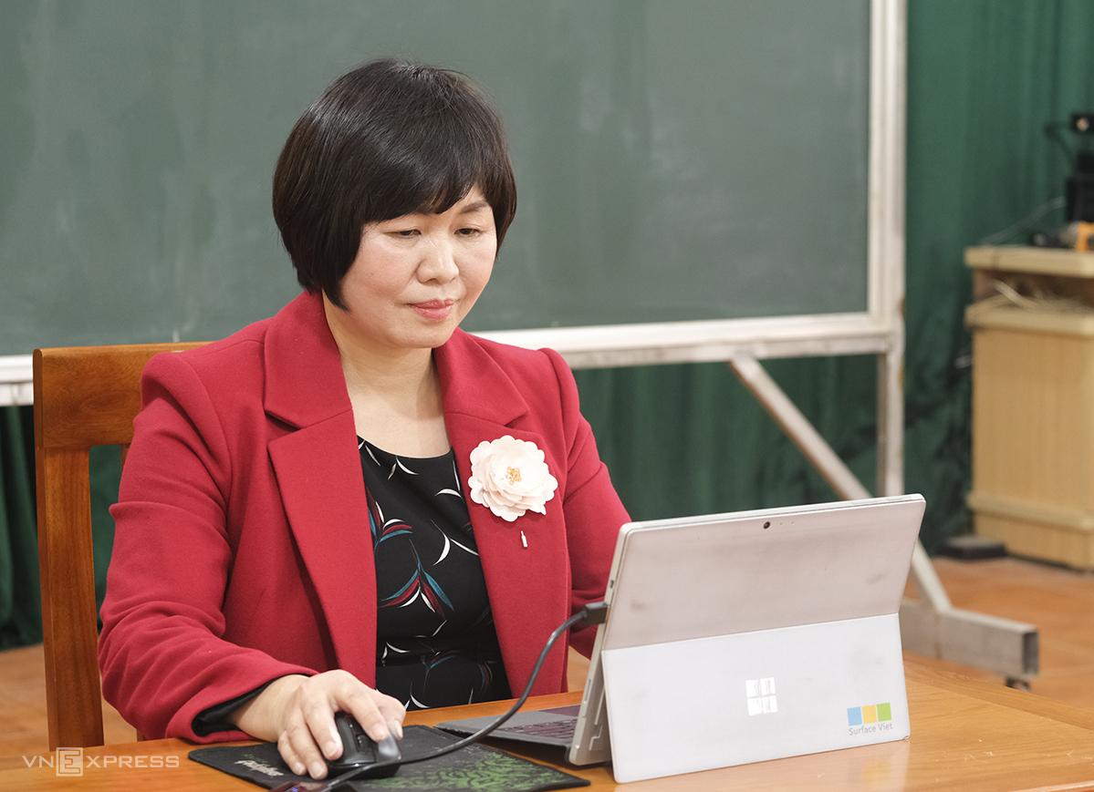 Cô Nguyễn Thị Kim Dung, Hiệu trưởng trường THCS Đông La, huyện Hoài Đức, Hà Nội dạy trực tuyến môn Ngữ văn hồi tháng 3. Ảnh: Dương Tâm.