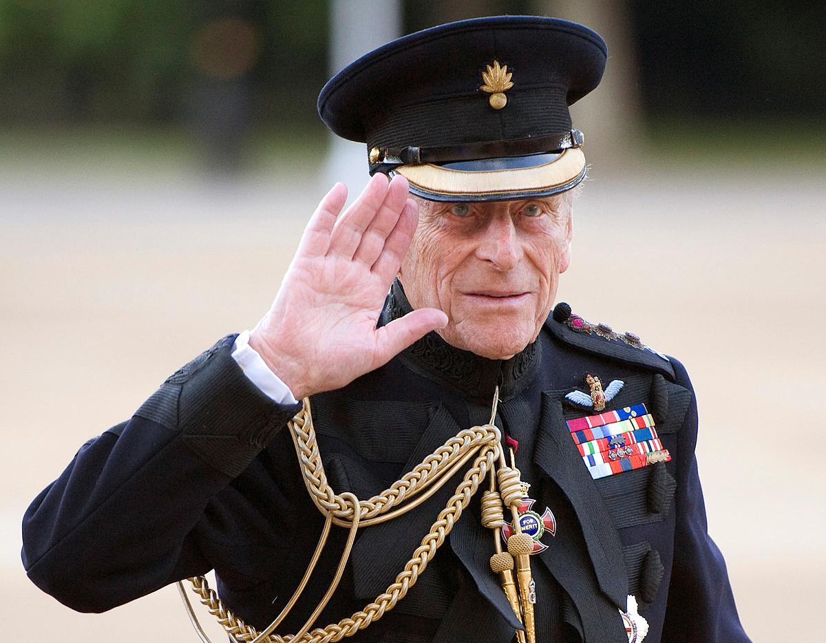 Hoàng thân Philip vẫy tay chào trong một sự kiện ở London năm 2011. Ảnh: Reuters.