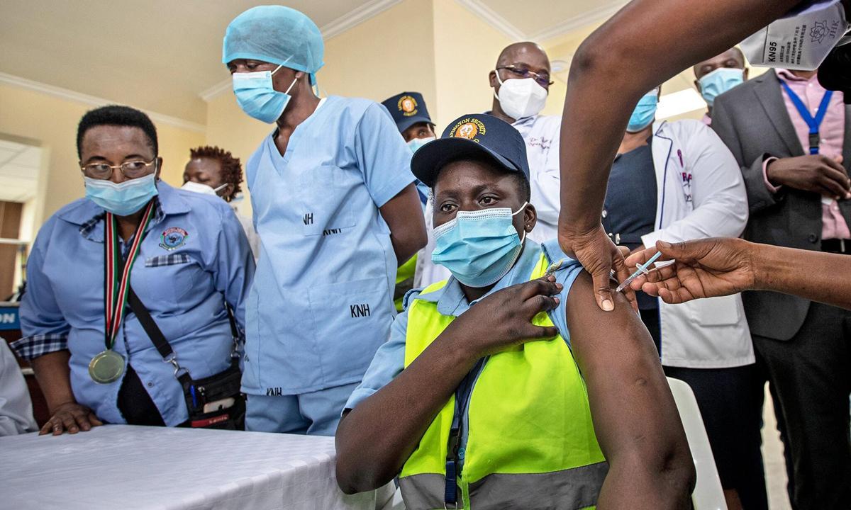 Một nhân viên an ninh bệnh viện được tiêm chủng vaccine ngừa Covid-19 tại thủ đô Nairobi, Kenya tháng 3. Ảnh: AP.