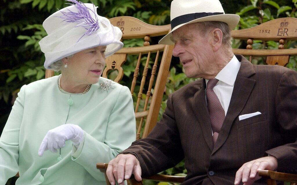 Nữ hoàng Anh và Hoàng thân Philip tại Suffolk năm 2002. Ảnh: AFP.