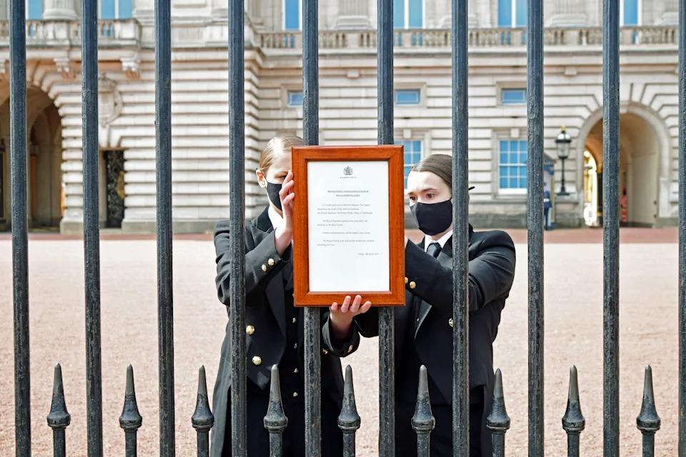 Bảng cáo phó treo trên tường rào cung điện Buckingham hôm 9/4. Ảnh: PA