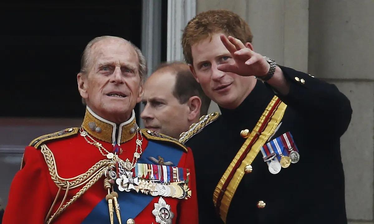 Hoàng thân Philip và cháu nội Harry trong một sự kiện ở Anh năm 2014. Ảnh: AP