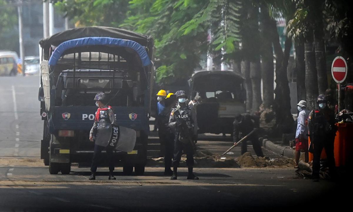 Lực lượng an ninh Myanmar đứng gác trên đường phố Yangon hôm 19/3. Ảnh: AFP