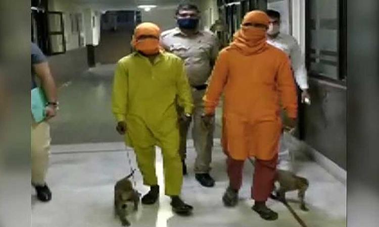 Hai người đàn ông bị cảnh sát New Delhi bắt cùng hai con khỉ hôm 8/4. Ảnh: ANI.
