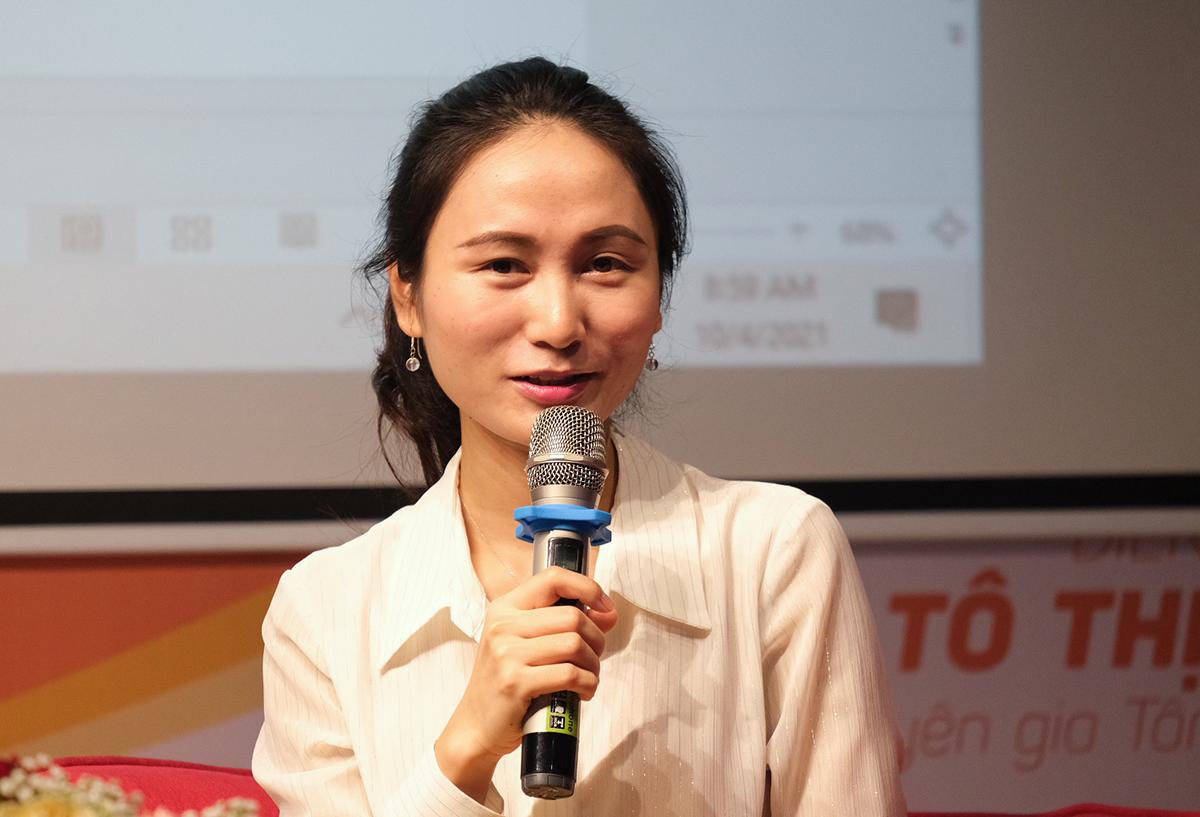 Thạc sĩ Tô Thị Hoan chia sẻ cách giúp con sử dụng Internet và thiết bị công nghệ một cách an toàn tại hội thảo ngày 10/4 ở trường Vietschool Pandora. Ảnh: Dương Tâm.