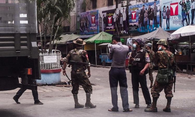 Lực lượng an ninh Myanmar trên đường phố Yangon hôm 3/4. Ảnh: AFP.