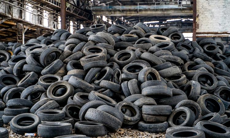 Hơn 800 triệu lốp xe thải ra mỗi năm, nguồn ô nhiễm lớn cho môi trường nếu không được tái chế. Ảnh: Sohu.