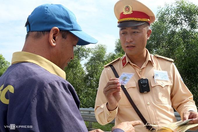 CSGT xử phạt vi phạm giao thông ở khu vực trạm thu phí trên cao tốc Hà Nội-Hải Phòng. Ảnh: Bá Đô