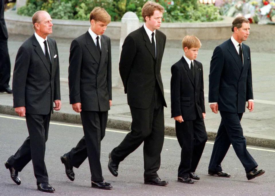 Hoàng thân Philip (trái) cùng con và cháu trong đám tang Công nương Diana năm 1997. Ảnh: AFP.