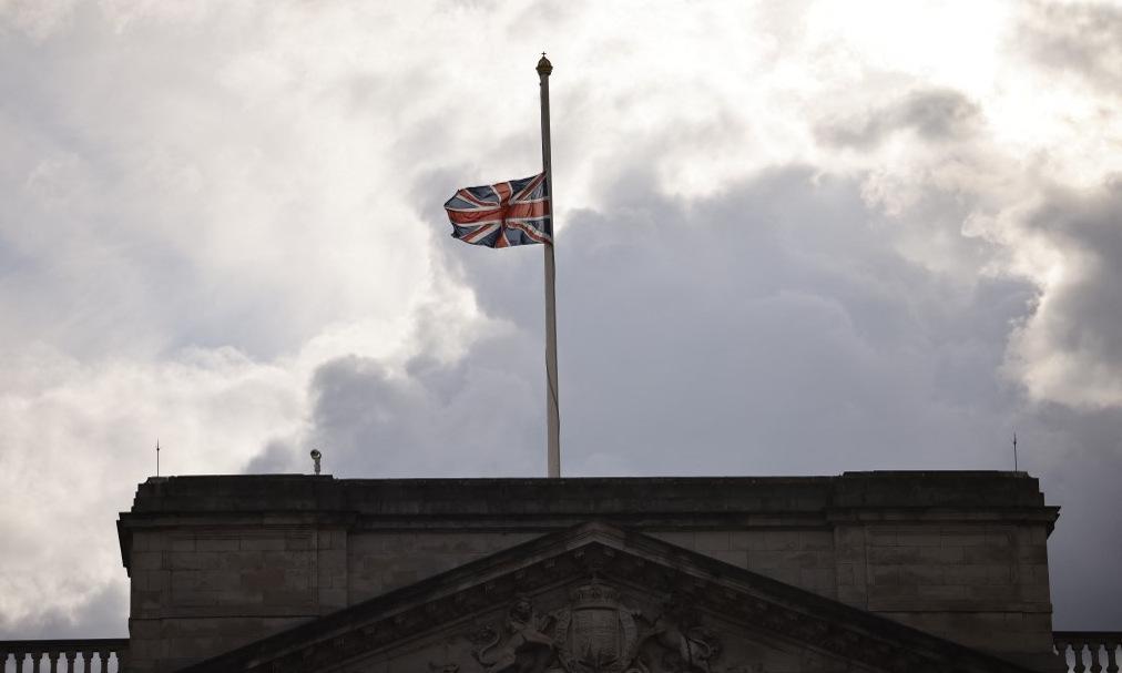 Cờ rủ trên nóc cung điện Buckingham hôm 9/4. Ảnh: AFP.